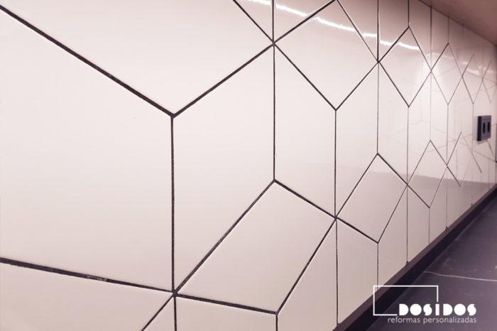 Reforma cocina con frente de azulejos rombos blanco con junta negra
