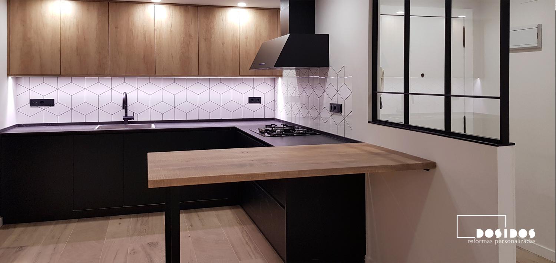 reforma integral vivienda industrial cocina abierta negra madera separador hierro