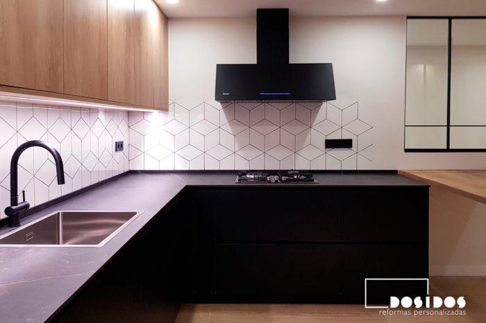 Reforma cocina muebles madera negra encimera dekton kelya