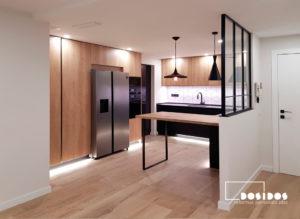 Reforma integral vivienda industrial cocina abierta madera negra separador ventana hierro