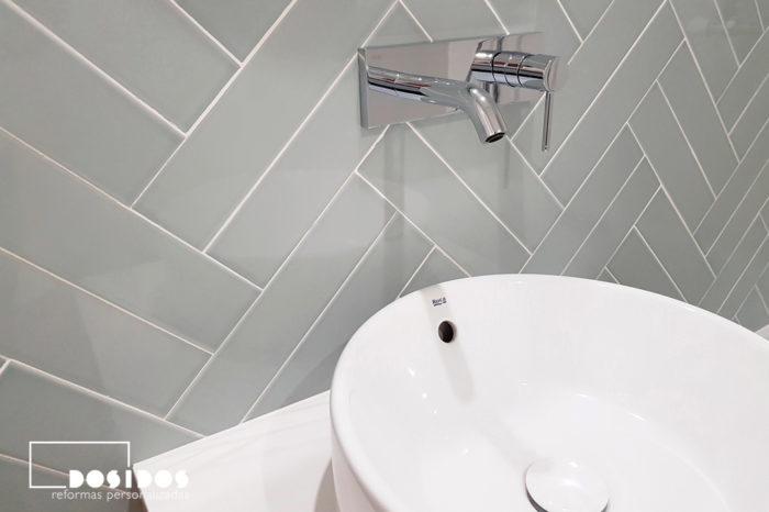 bano-azulejos-espiga-doble-grifo-pared-lavabo-sobre-mueble
