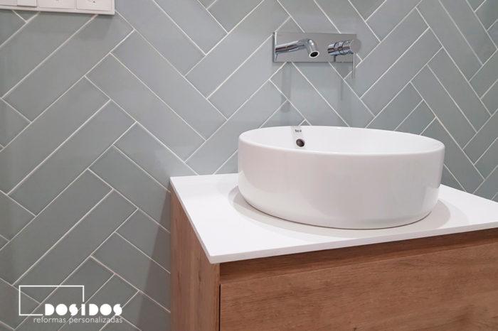 Baño pequeño, azulejos en espiga doble grifo a pared