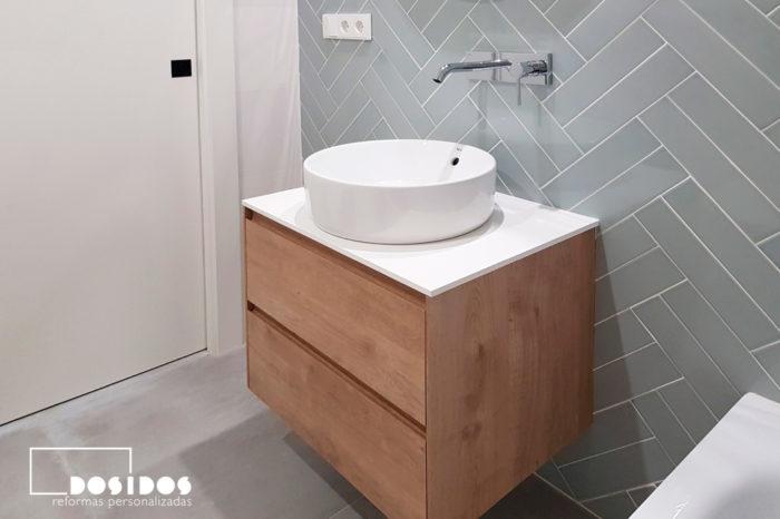 baño pequeño, azulejos en espiga, mueble de madera