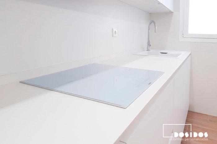 Cocina pequeña blanca encimera Dekton Uyuni
