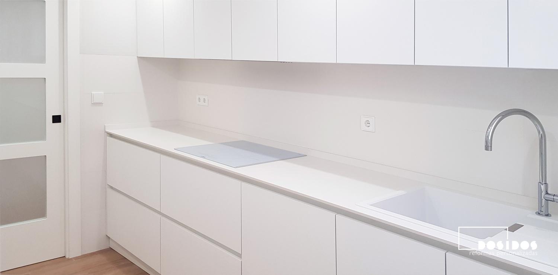 Cocina blanca nórdica encimera dekton uyuni puerta vidriera