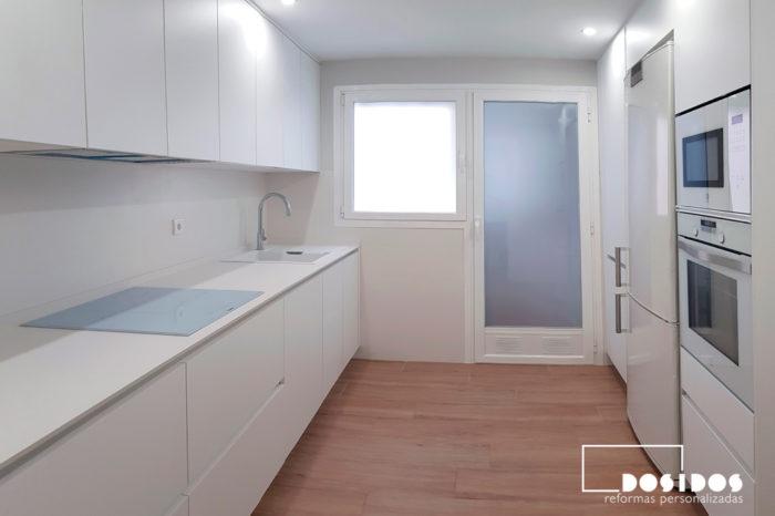 Cocina blanca nórdica encimera dekton uyuni suelo madera