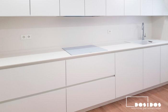Cocina blanca con suelo azulejos madera