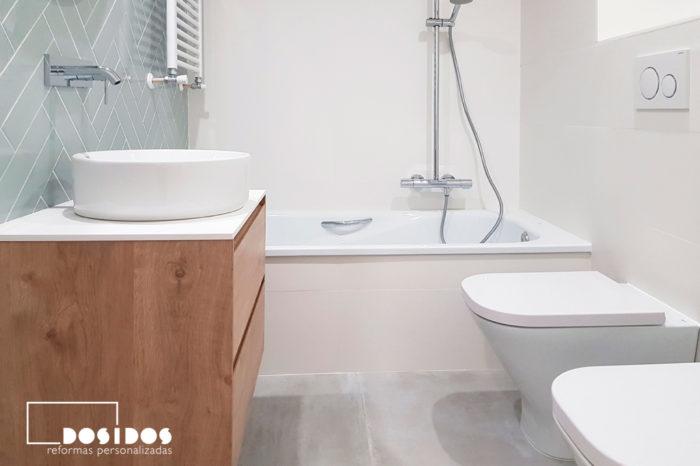 reforma baño blanco pequeño bañera