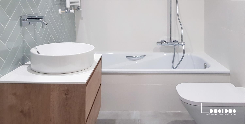 Reforma baño pequeño blanco azulejo espiga