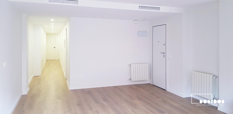 Reforma estilo nórdico suelo madera y paredes blancas