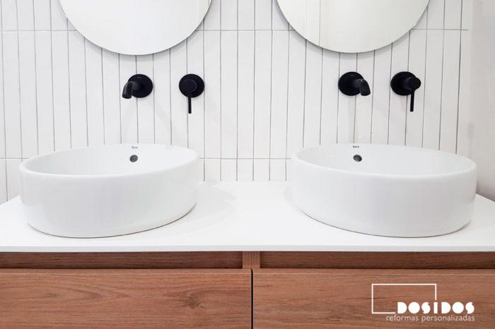 Reforma baño con lavabo doble y grifos negros
