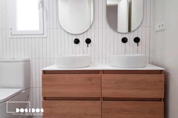 Reforma baño Valencia en blanco con lavabo doble mueble madera grifos negros
